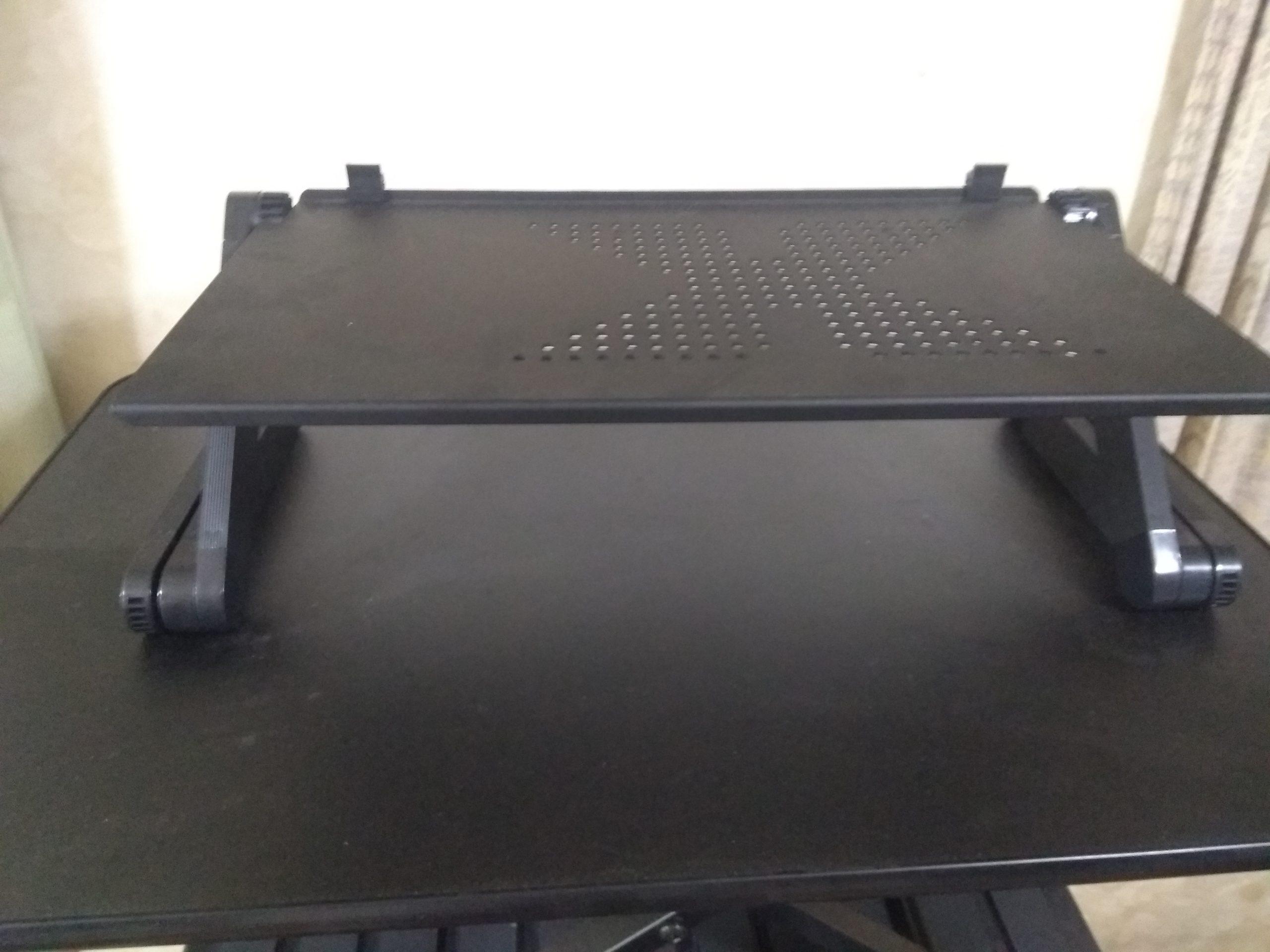 スタンディングデスクの上に、折り畳み式ノートパソコンデスク